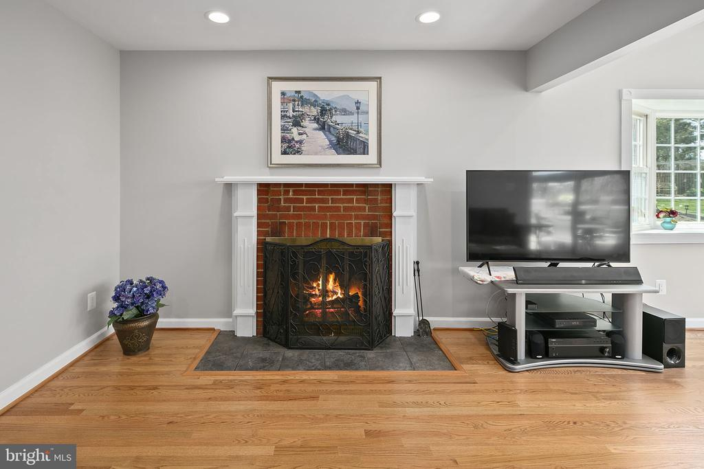 Nothing like a cozy fire on a cool evening - 9611 GLENARM CT, BURKE