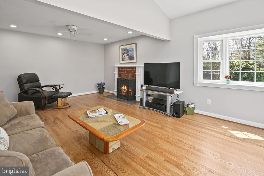 A place to watch TV or play games - 9611 GLENARM CT, BURKE