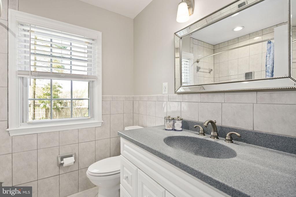 Hall full bathroom on upper level - 9611 GLENARM CT, BURKE