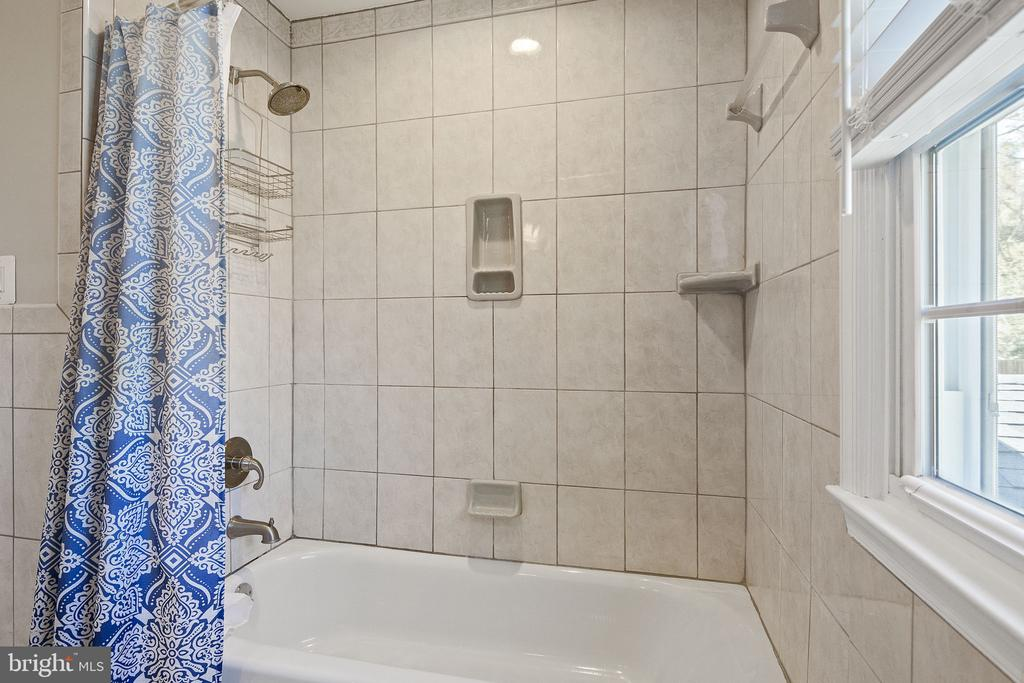 Hall full bathroom with tub - 9611 GLENARM CT, BURKE