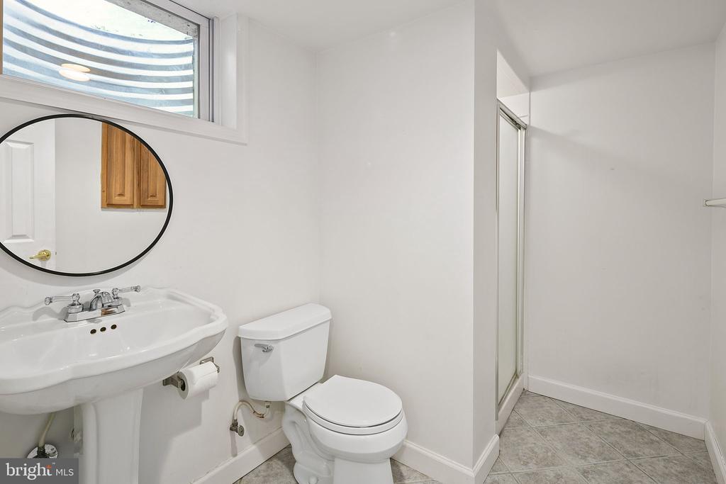 Full bathroom on the lower level with shower - 9611 GLENARM CT, BURKE