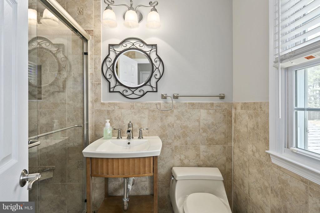Primary bedroom suite with full bathroom - 9611 GLENARM CT, BURKE