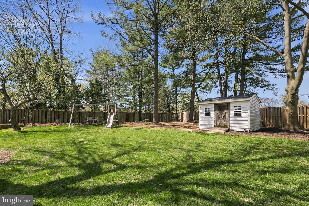 There is room for a shed and playground equipment - 9611 GLENARM CT, BURKE