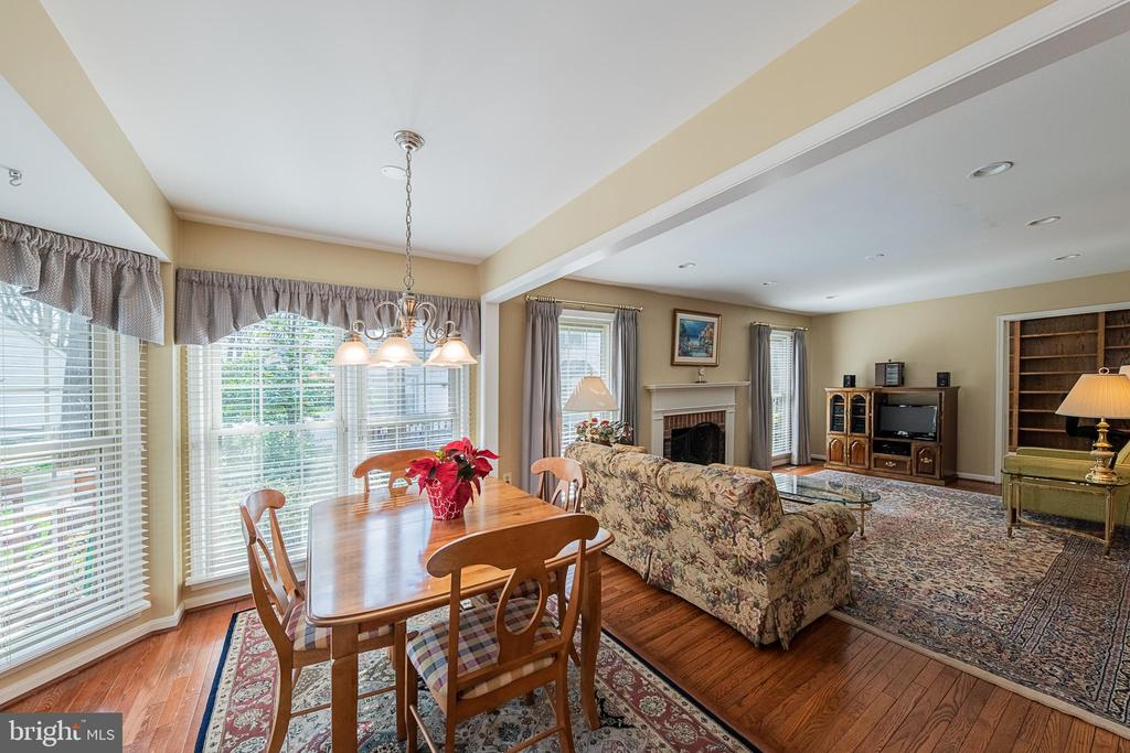 Breakfast nook perfect for your morning coffee - 5207 BRAYWOOD DR, CENTREVILLE
