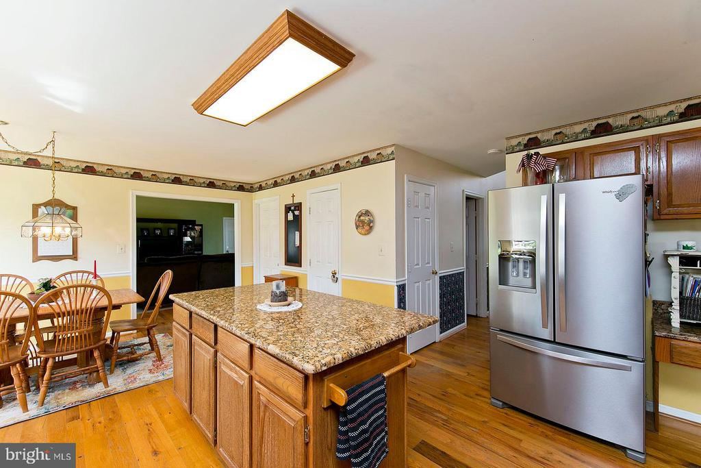Granite countertops and stainless appliances - 35951 ASHBY FARM CIR, HILLSBORO