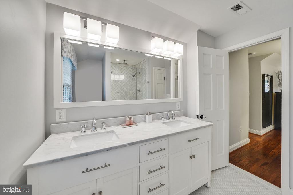 Luxury Owner's Bath with Double Sinks - 1500 N KENILWORTH ST, ARLINGTON
