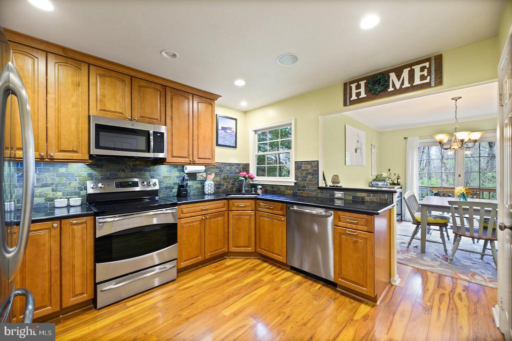 Beautifully Updated Kitchen - 16 MCPHERSON CIR, STERLING