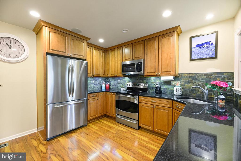 Beautifully Upgraded Kitchen - 16 MCPHERSON CIR, STERLING