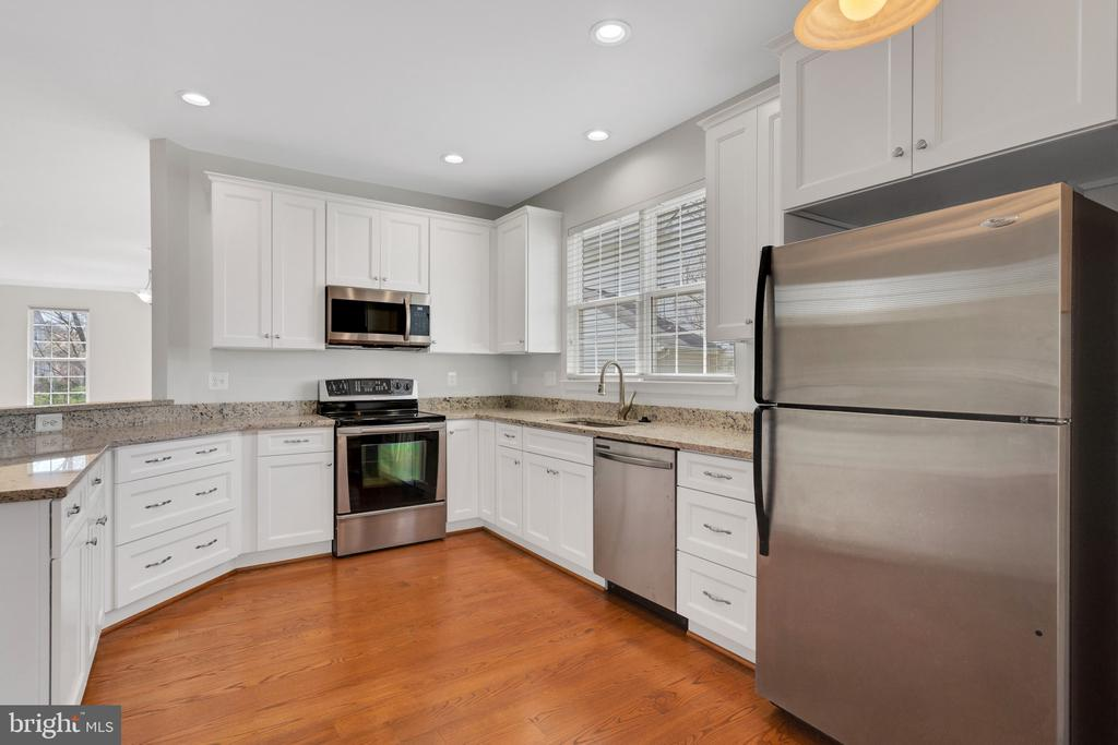 Lots of cabinets and even a pantry - 43446 RANDFIELD LN, CHANTILLY
