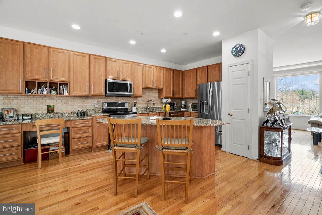 Upgraded Kitchen with Kitchen Island - 18022 ROCKINGHAM PL, GERMANTOWN