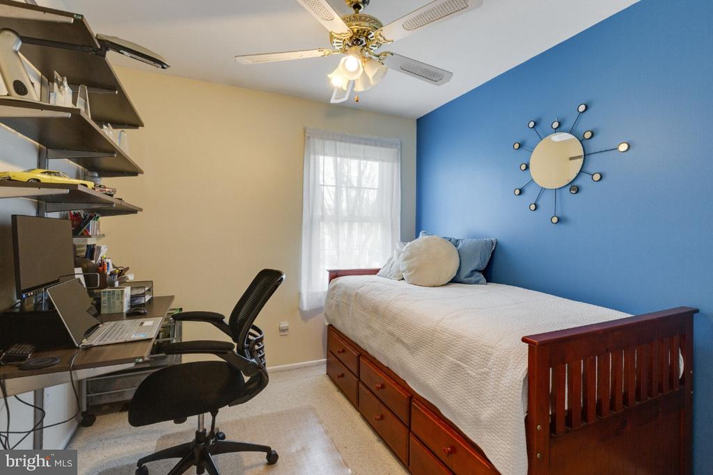 Bedroom  3 w/ desk unit that conveys - 10 LODGE PL, ROCKVILLE