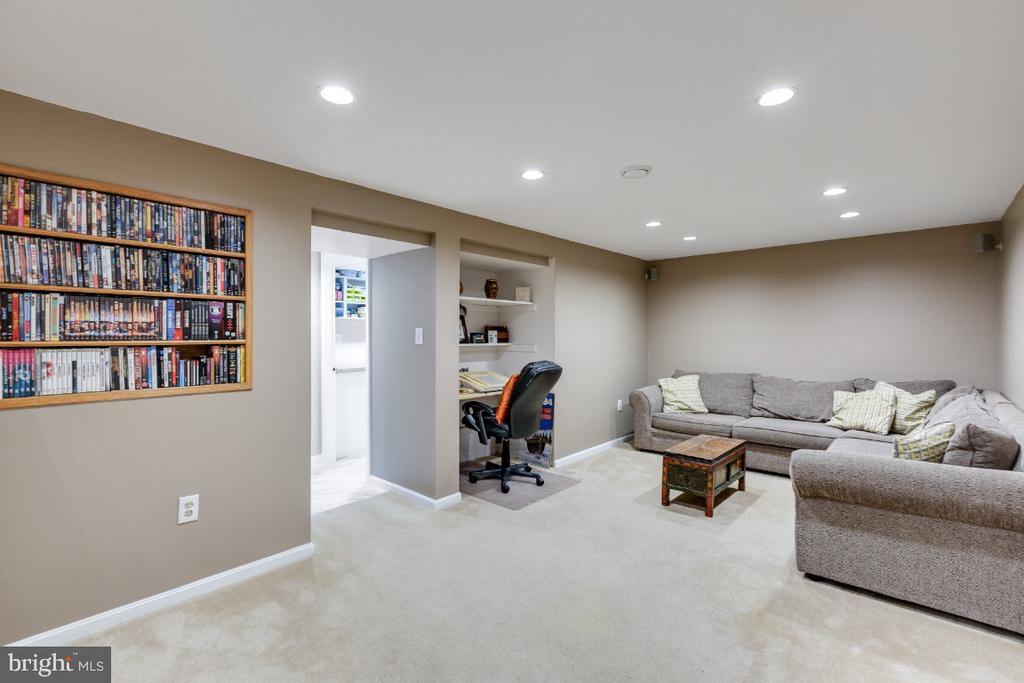 Finished lower level offers more living space - 10 LODGE PL, ROCKVILLE