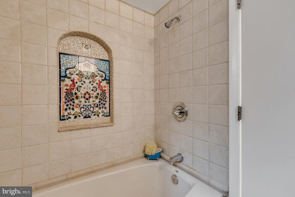 Full bath thoughtully updated - 10 LODGE PL, ROCKVILLE