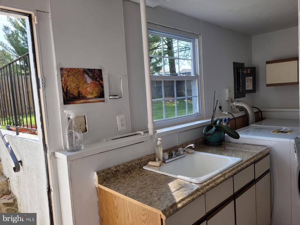 Laundry room open to backyard - 5456 BRADDOCK RIDGE DR, CENTREVILLE