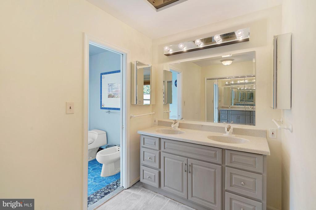 Updated his and hers in Master bath - 11935 RIDERS LN, RESTON