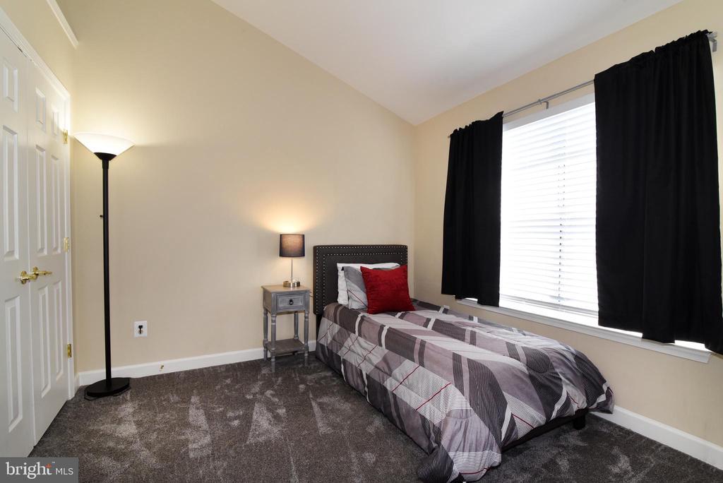 Upper Level Bedroom #2 with Vaulted Ceiling. - 47641 WEATHERBURN TER, STERLING