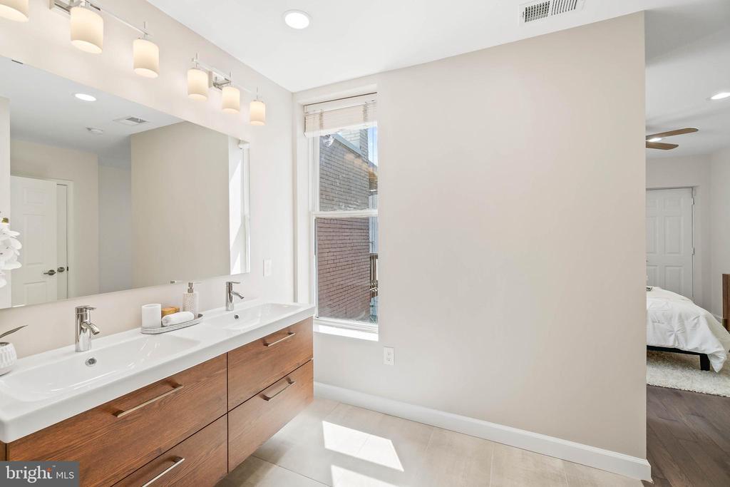 Owner Bath, Dual Vanity - 1003 FLORIDA AVE NE, WASHINGTON