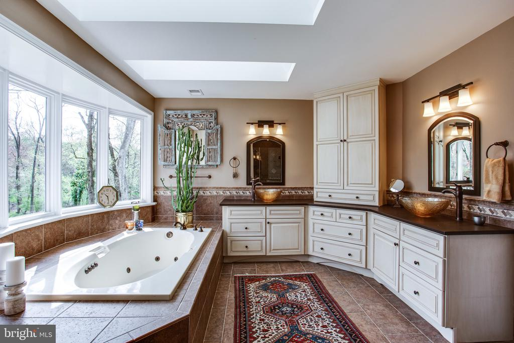 Dual vanities and jetted tub - 847 WHANN AVE, MCLEAN