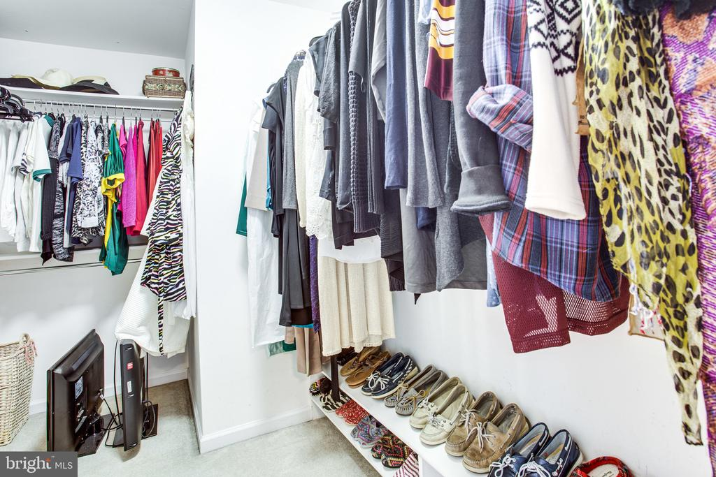 Two walk-in closets - 847 WHANN AVE, MCLEAN