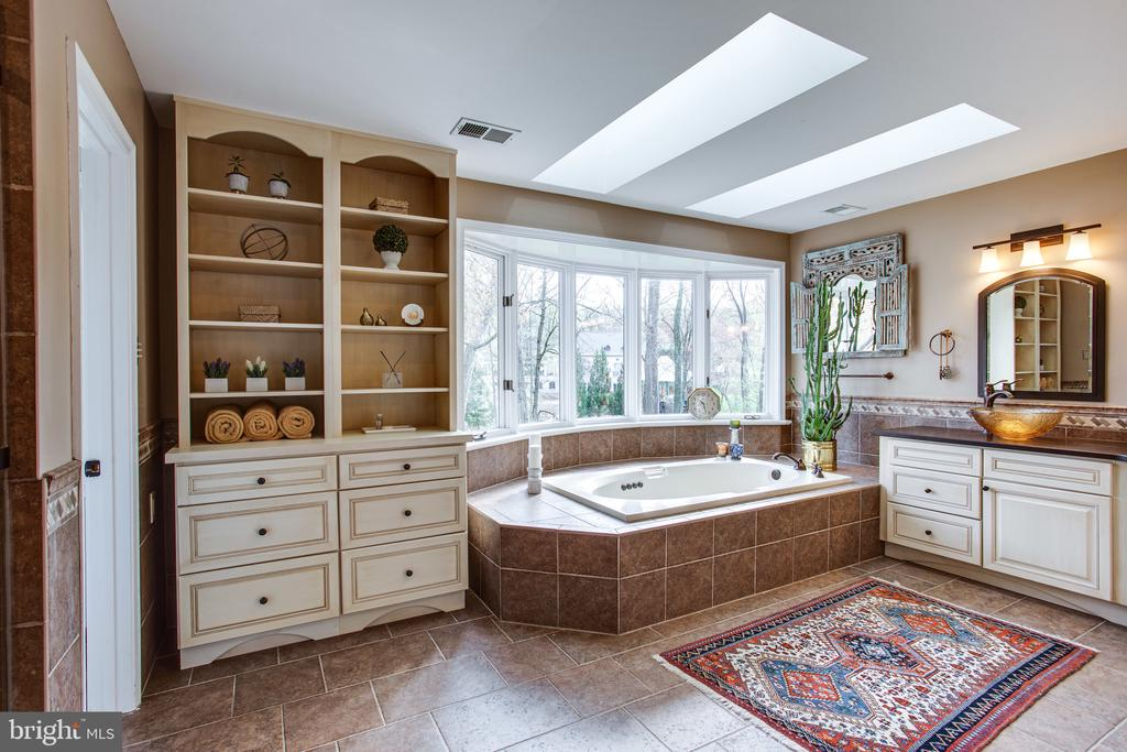 Ensuite primary bath w/ bay window and sky lights - 847 WHANN AVE, MCLEAN