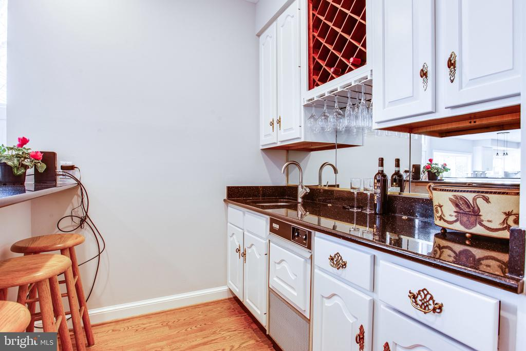 Wet bar with icemaker - 847 WHANN AVE, MCLEAN