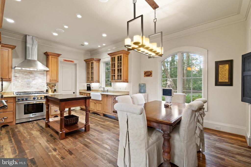 Country Eat In Kitchen - 817 MACKALL, MCLEAN