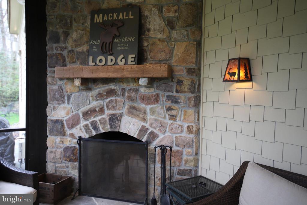 Mackall Lodge! - 817 MACKALL, MCLEAN