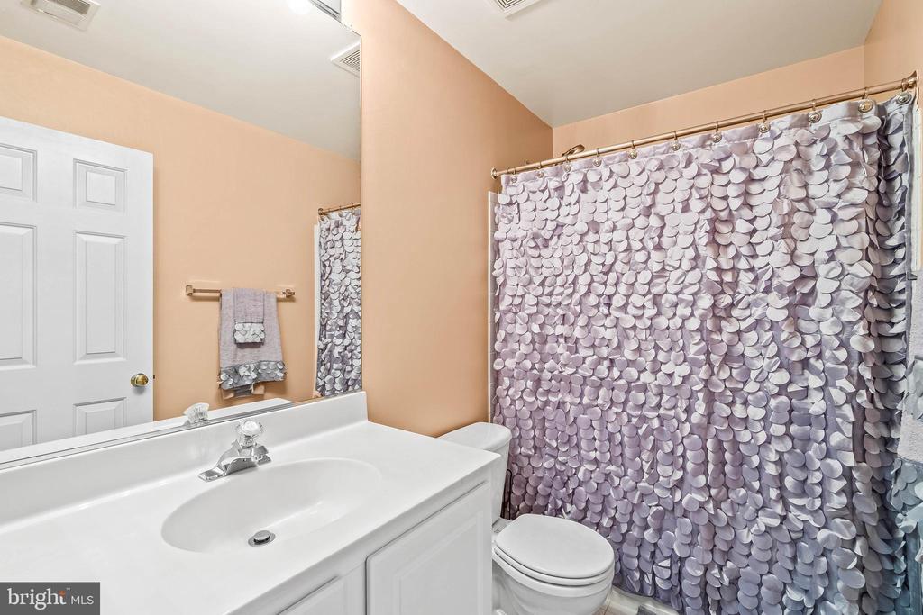 Hall Bath on Bedroom Floor - 4170 MCCLOSKEY CT, CHANTILLY