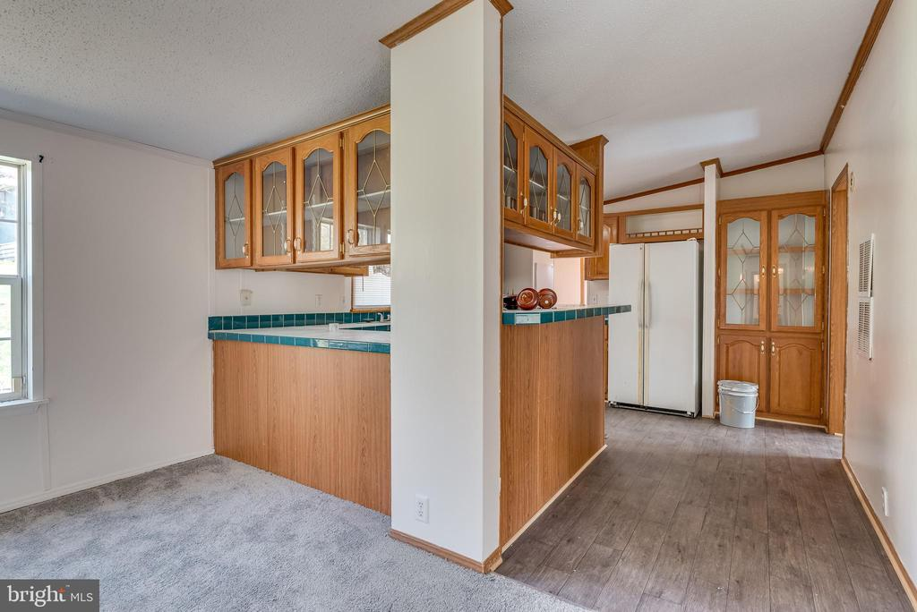 Features pass through to kitchen and breakfast bar - 53 CAMP HILL LN, HARPERS FERRY