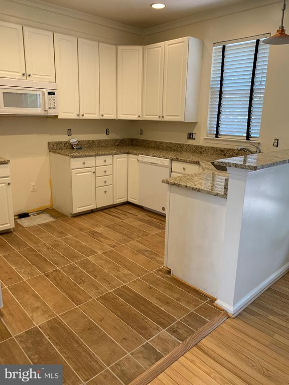 Kitchen with new granite and floor - 11436 ABNER AVE, FAIRFAX