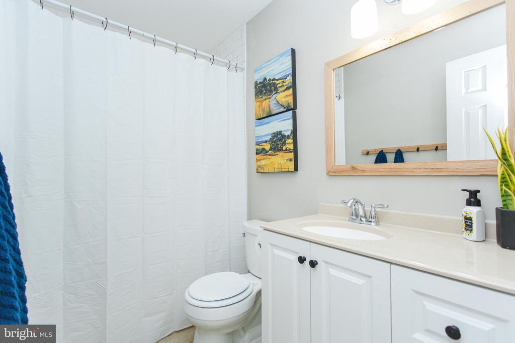 Hall bath - 2 SNOW MEADOW LN, STAFFORD
