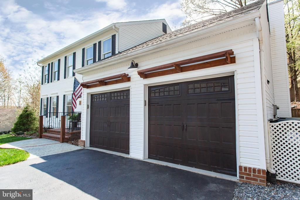 Lovely 3 story colonial with 2 car garage - 2 SNOW MEADOW LN, STAFFORD