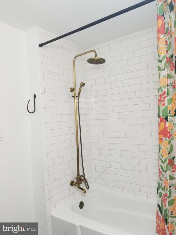 Lovely fixtures - 2 SNOW MEADOW LN, STAFFORD