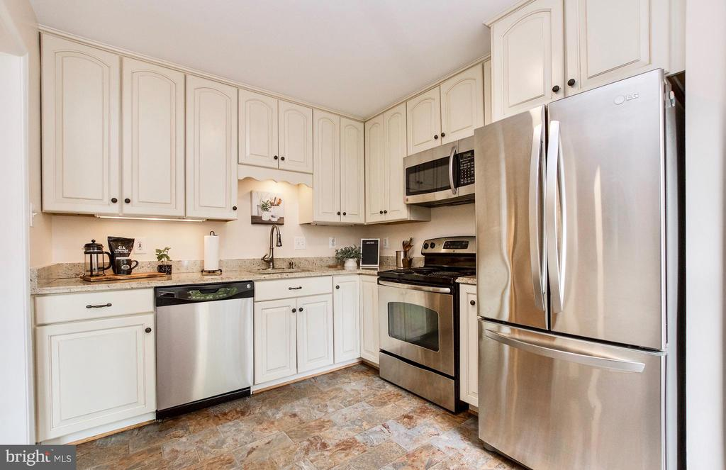 Beautifully updated Kitchen! - 20487 MORNINGSIDE TER, STERLING