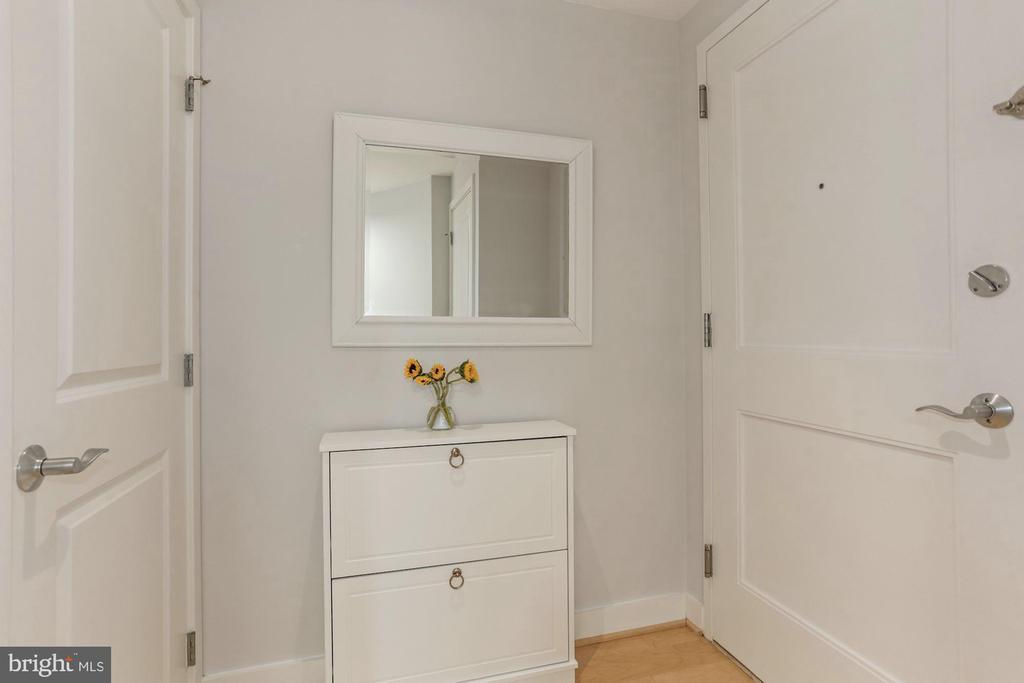 Foyer with coat closet - 888 N QUINCY ST #802, ARLINGTON