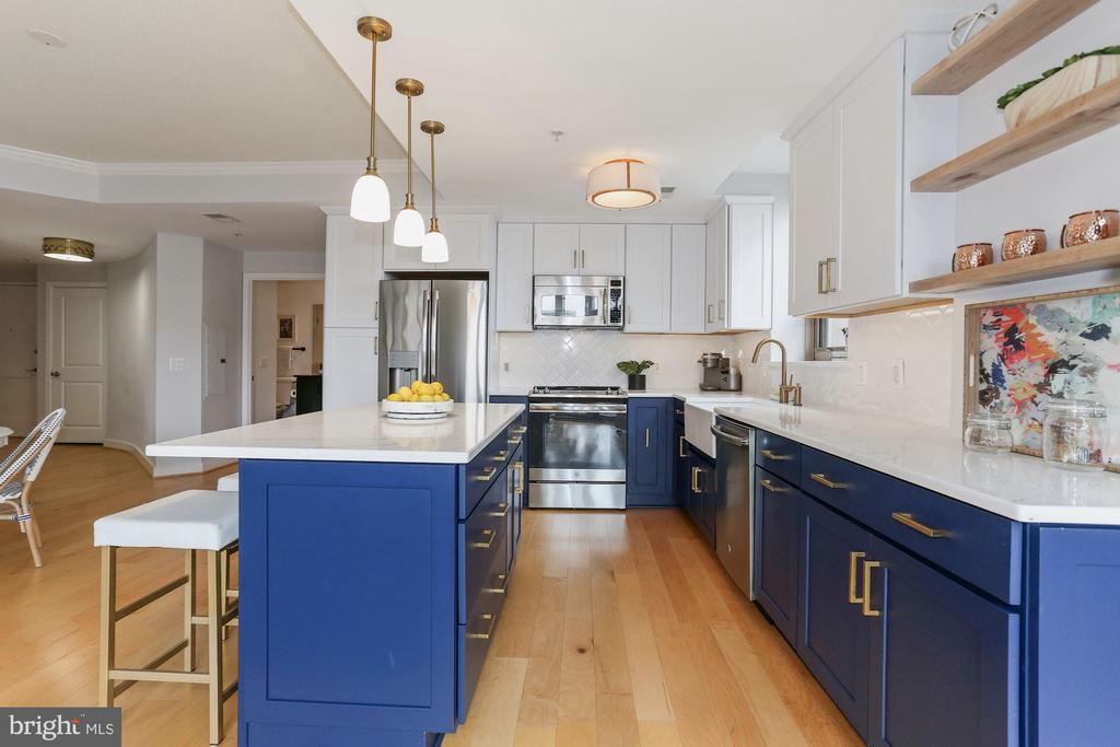 Brass hardware & wide plank wood floors - 888 N QUINCY ST #802, ARLINGTON