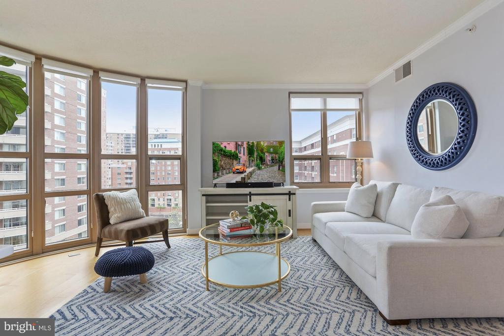 Sun drenched living room - 888 N QUINCY ST #802, ARLINGTON