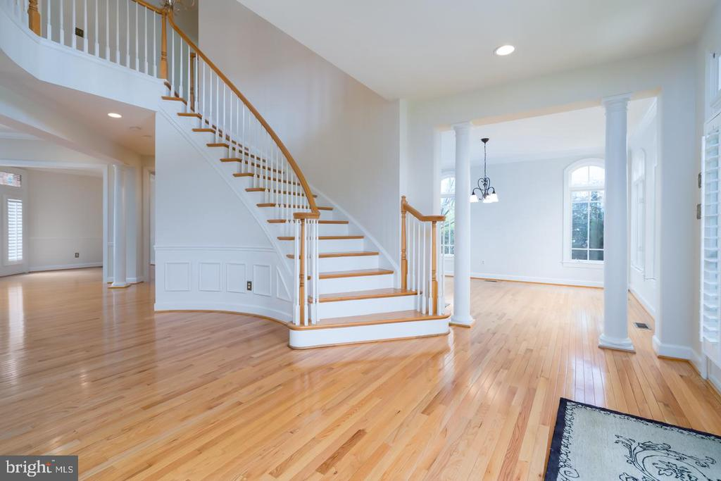 VIEW OF THE FOYER TOWARDS THE FORMAL DINING ROOM - 23002 LOIS LN, BRAMBLETON