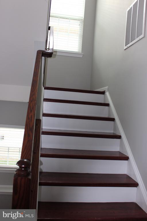 Stairs leading to Upper Level - 43023 TIPPMAN PL, CHANTILLY