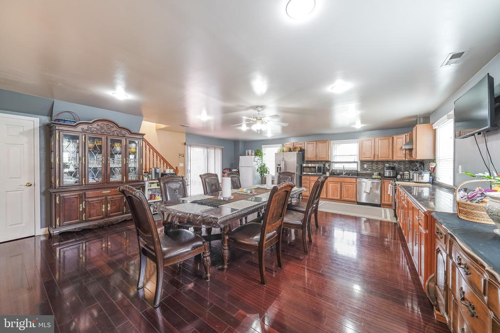 SPACIOUS EAT IN KITCHEN - 11505 VEIRS MILL RD, SILVER SPRING