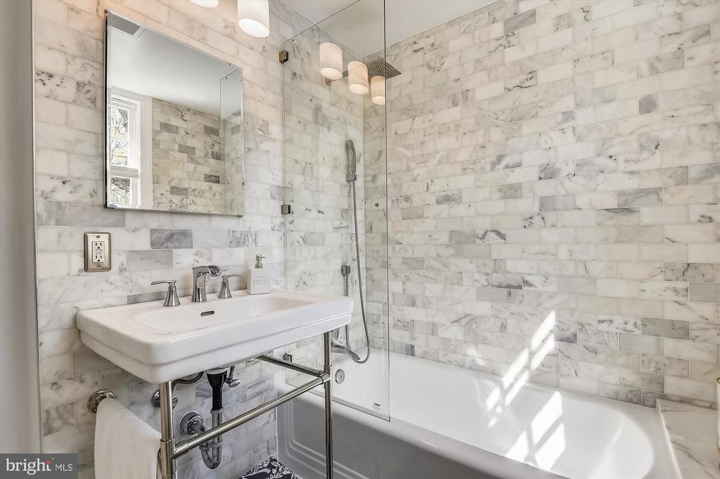 Renovated 2020 w/ Carrara tile surround - 301 W GLENDALE AVE, ALEXANDRIA