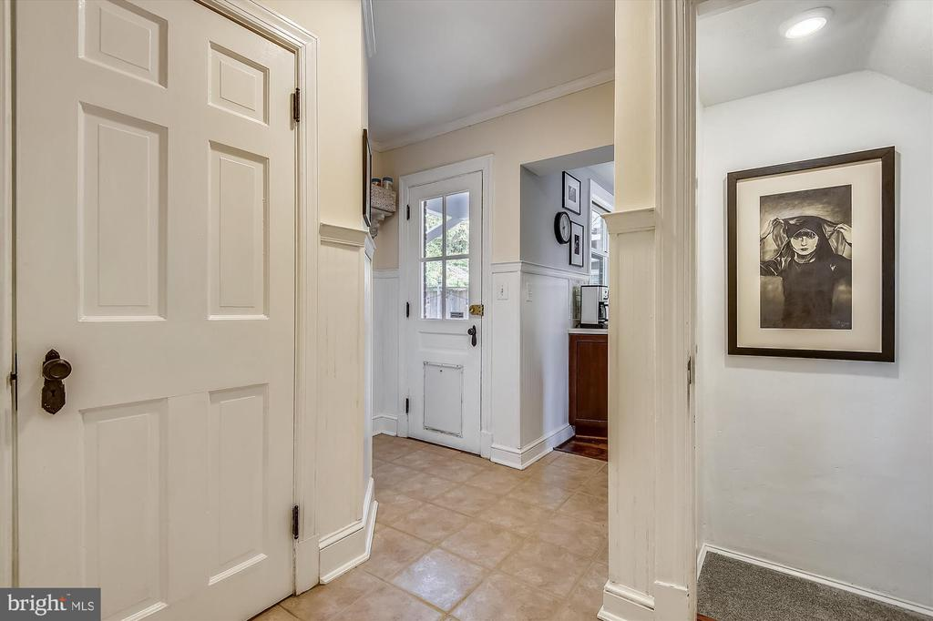 Tiled mudroom w/ backyard access off kitchen - 301 W GLENDALE AVE, ALEXANDRIA
