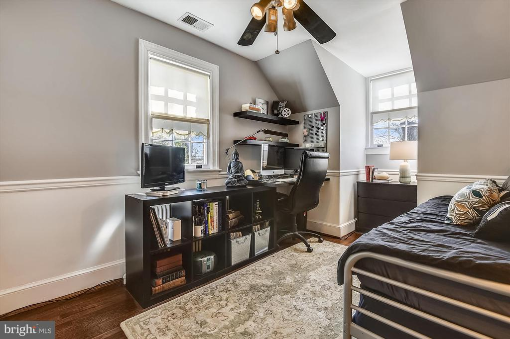 Two storage access points from this bedroom - 301 W GLENDALE AVE, ALEXANDRIA