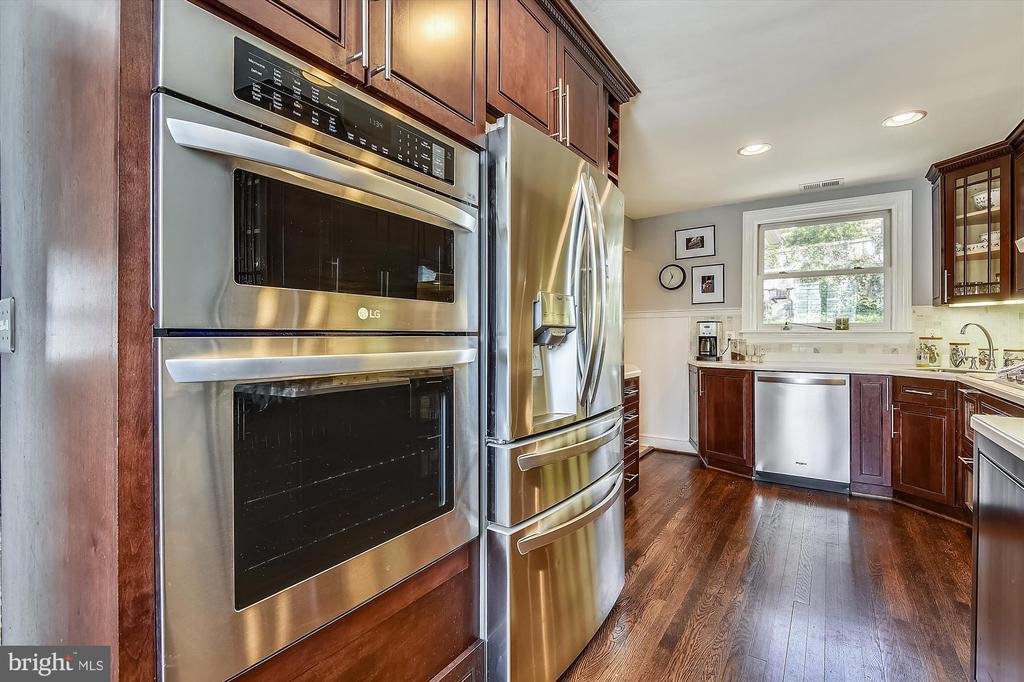 Upgraded kitchen w/ new 2020 SS appliances - 301 W GLENDALE AVE, ALEXANDRIA