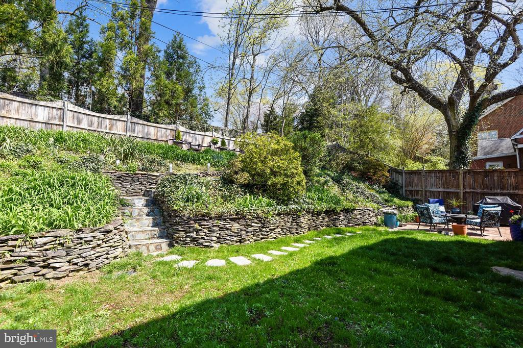 Relaxing retreat leads up to second deck - 301 W GLENDALE AVE, ALEXANDRIA
