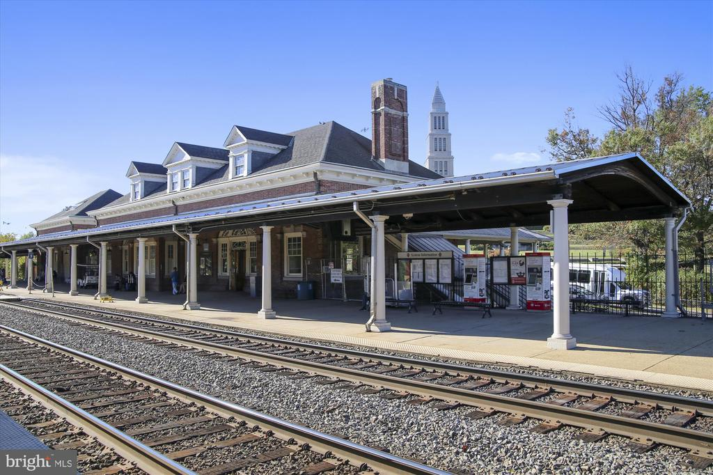 Amtrak ALX and King St Metro a 15 min walk - 301 W GLENDALE AVE, ALEXANDRIA