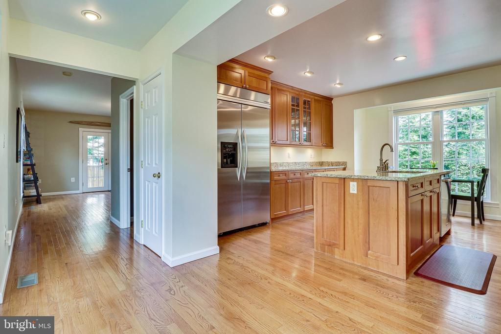 Eat-in kitchen with counter space & storage - 7945 BOLLING DR, ALEXANDRIA