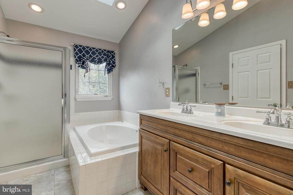 Master bathroom, double sink, shower, sep. tub - 6 BEAU RIDGE DR, STAFFORD