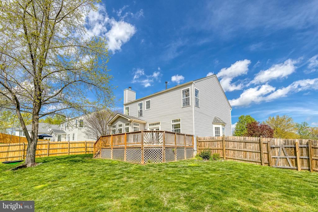 Large fenced back yard with large deck - 6 BEAU RIDGE DR, STAFFORD