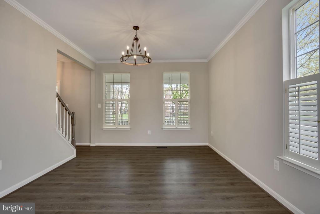 Living room with crisp white shutters - 20642 OAKENCROFT CT, ASHBURN